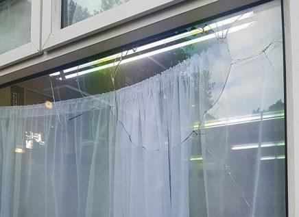 vándalos antisemitas estallaron esta ventana en una sinagoga en el barrio noreste de Stamford Hill Londres.