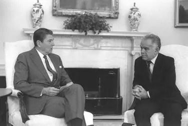 https://i1.wp.com/www.jewishvirtuallibrary.org/jsource/images/presidents/shamirreag.jpg