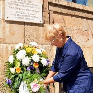 JEZT - Lichtstadt.News - Stadtratsmitglied Elisabeth Wackernagel legt Blumen nieder zum Gedenken an den 17. Juni 1953