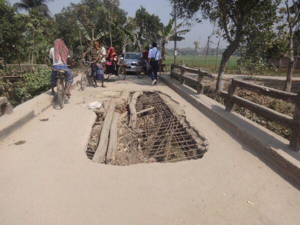 শৈলকুপা হাটফাজিলপুর-নিত্যানন্দনপুর সড়কের ব্রীজটি ১০বছর একই হালে পড়ে আছে