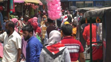 Photo of ঝিনাইদহে দোকানে উপচে পড়া ভীড়, মানা হচ্ছে না স্বাস্থ্যবিধি