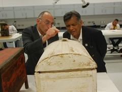 木材ラボにてタレック館長からツタンカーメンコレクションの木箱に関する説明を受けるスリン氏