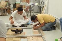壁画の土台を作成する橋爪専門家とムスタファ氏