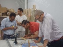 الفريق المصري مع الأستاذ هاشيزومي يصنعون قاعدة داعمة للنقوش الجدارية