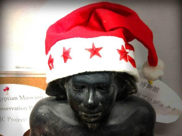 古代エジプトの書記像もクリスマス気分。
