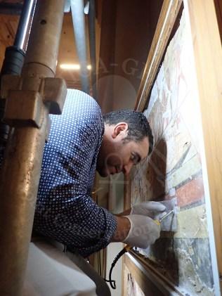 فريق النقوش الجدارية يعمل على الترميم الأولى للقطع