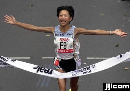 ベルリン・マラソンで2時間20分を切る世界最高記録で優勝、両…:女子マラソン写真特集:時事ドットコム