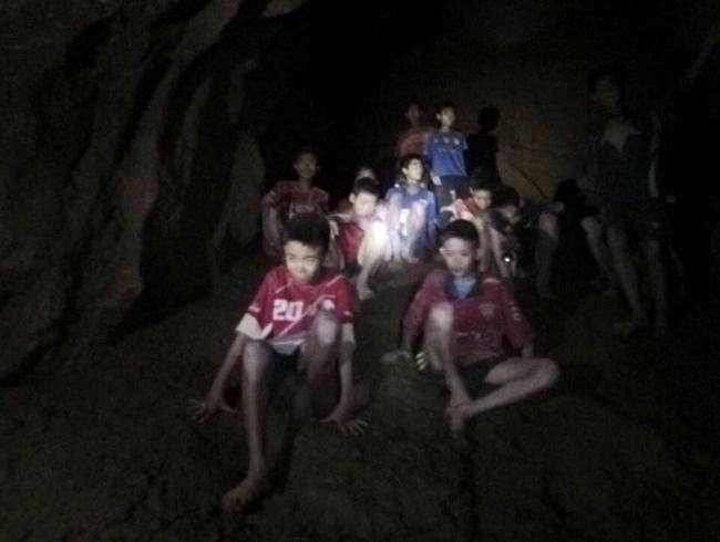 タイ北部チェンライ郊外の洞窟で発見された少年ら=2018年7月2日[タイ海軍提供]【時事通信社】 タイ北部チェンライ郊…