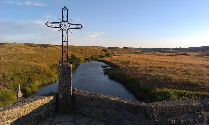 Kříž na mostě ve Francii při Svatojakubské cestě