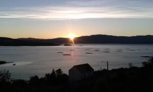 Východ slunce nad zátokou cestou z Fisterry na Caminho Portugues