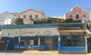 Opuštěná restaurace na západní pobřeží portugalského regionu Algarve