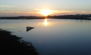Poslední západ slunce na silvestra 2016 v jihoportugalském Algarve, konkrétně ve městě Faro