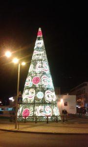 Vánoční strom nestrom v jihoportugalském regionu Algarve ve Faro.