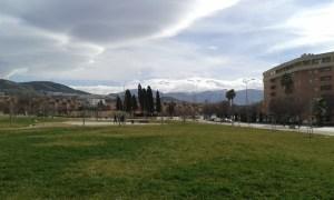 Zasněžené pohoří Sierra Nevada ve španělském městě Granada