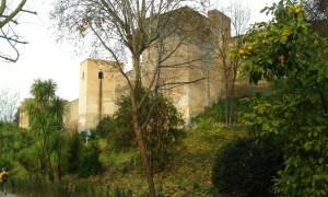Pevnost Alhambra od příjezdové cesty ze španělské Granady