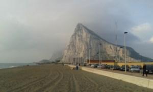 Gibraltarská skála v mlze.