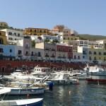 Městečko Ponza na stejnojmenném ostrově v Itálii