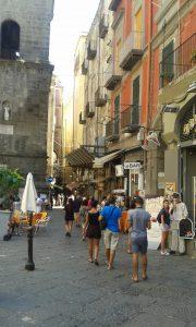Prostranství před kostelem a vstupem do katakomb v italské Neapoli