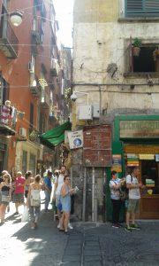 Roh turistických ulic ve starém centru Neapole