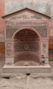 Fontána ve vykopávkách ve městě Pompeje v Itálii
