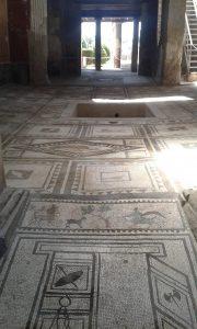 Pohled do domu odkrytého při vykopávkách ve městě Pompeje pohřbené sopečným prachem ze sopky Vesuv