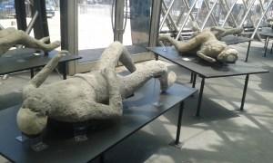 Člověk zakonzervovaný a zkamenělý sopečným prachem ze sopky Vesuv v Pompejích