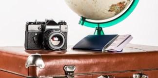 Výbava na cesty do světa. Fotoaparát, mapa, kufr, pas, letenky