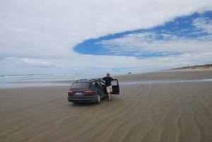 Working holiday Nový Zéland. S autem na 90 mile Beach na Severním ostrově.