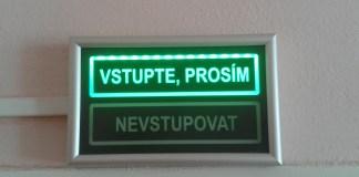 Oznámení nad dveřmi úřadu při žádosti o občnaský průkaz, cestovní pas