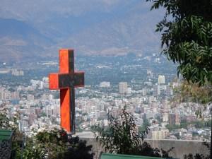 Kříž pod vrcholem kopce Cerro San Cristobal v Santiagu de Chile