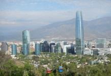 Hlavní město Chile z vyhlídky na vrccholu kopce Cerro San Cristobal