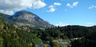 Řeka a hory okolo hlavního města regionu Aysén Coyhaique