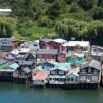 Domy na kůlech zvané Palafitos na Chiloé.