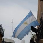 Argentinská vlajka vlající v ulicích Buenos Aires