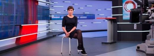 Annechien Steenhuizen in het decor van het NOS Journaal - bron Judith van IJken