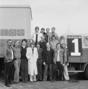 het-team-van-nos-langs-de-lijn-in-1979-met-oa-willem-ruis-linksboven-koos-postema-rechtsboven-en-hans-hogendoorn-rechtsonder-foto-beeld-en-geluid