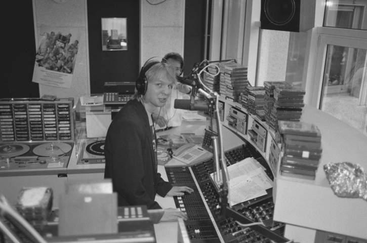 De opening van de nieuwe studio in 1989 met Rob Stenders achter de microfoon.