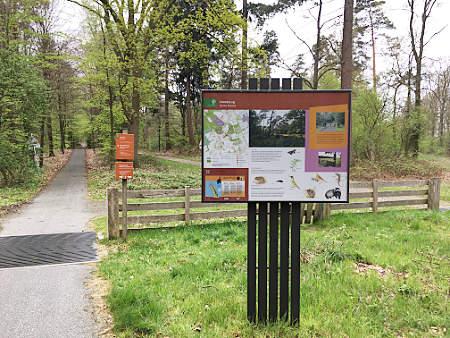De toegang tot het Hunzebos in Exloo.