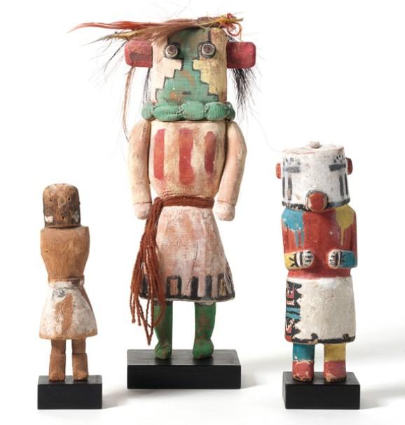 Kachina-Figuren der Puebloindianer Nordamerikas, Arizona (Hopi), spätes 19. Jh. bis Mitte 20. Jh. Bemaltes Pappelwurzelholz mit Applikationen, Höhe von links nach rechts: 21 cm, 39 cm, 25 cm Privatsammlung