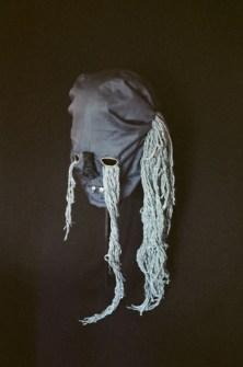 Nathalie Bissig Maske, 2014 Stoff, Faden, Wolle und Kristalle Ca. 30 x 40 cm © Nathalie Bissig