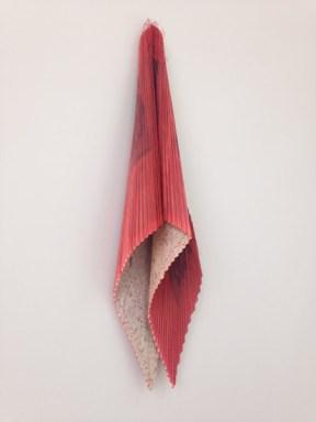 Gabriela Volanti, Roter Flügel, 2012, Ölfarbe auf Zeitungspapier, gefaltet und vernäht, ca. 110 x 30 cm