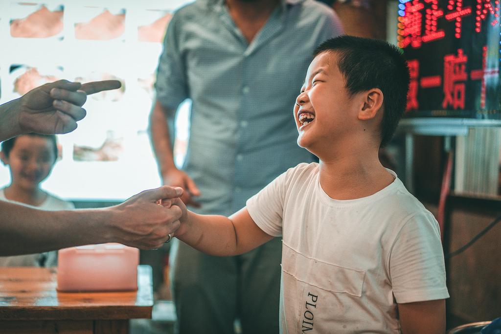 Guilin - Niño jugando con Occidentales