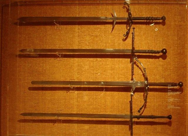 Zweihänders; la primera y tercera, comenzando por arriba, tienen falsaguarda.
