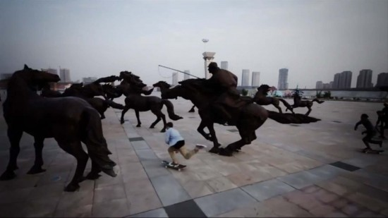 Skater dans une ville fantôme