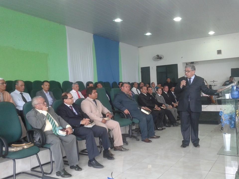 Pr. Paulo Martins Neto ministrando a palavra pela manhã, em Palmas