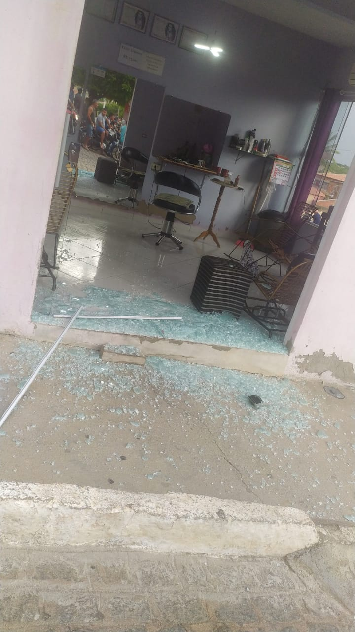 Troca de tiros entre policia e assaltantes é registrado no centro da cidade de Bom Sucesso PB.