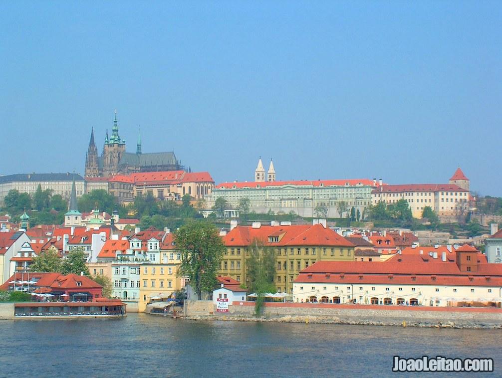 Vista panorâmica do Castelo de Praga desde o outro lado do rio