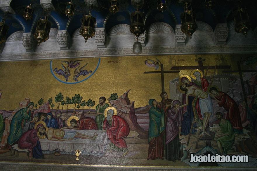 Um mosaico com a descrição do corpo de Cristo a ser preparado depois de sua morte, em frente à Pedra da Unção