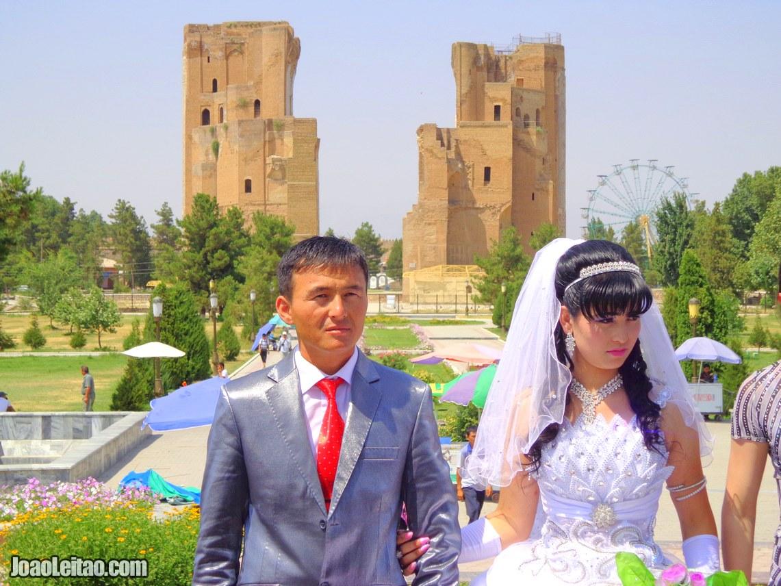 Casal recém-casado na Praça Timur em Shahrisabz, Visitar Uzbequistão