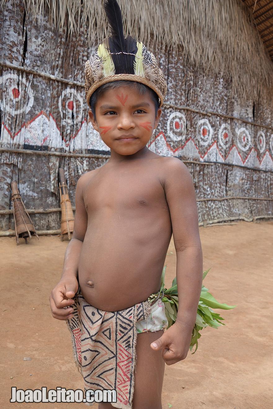 Menino indigena no Amazonas
